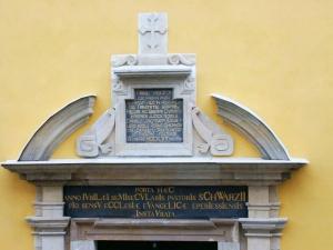 Detail textov nad hlavným portálom na vonkajšej strane chrámu